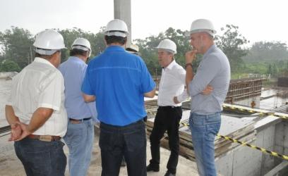 Presidente e comitiva visitaram instalações da Corsan no município, incluindo a ETE São Jorge e as obras da Estação de Tratamento de Água II - Foto: Divulgação/Corsan