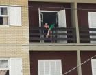 Tem alta de hospital menino argentino que caiu de sacada em Capão da Canoa