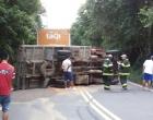 Veja imagens do tombamento de um caminhão no Morro da Borússia em Osório