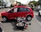 Caroneira de moto para no teto de carro após acidente em Osório