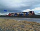 Caminhão carregado com ração tomba na BR-101 em Osório