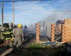 Incêndio destrói galpão de madeira em Imbé