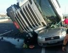 Caminhão com placas de Santo Antônio da Patrulha tomba sobre carro