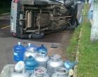 Carro carregado com botijões de gás capota em Osório