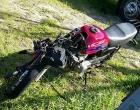 Jovens ficam feridos em colisão de moto com caminhão em Osório