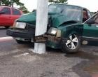 Motorista perde controle de veículo e colide em poste em Osório