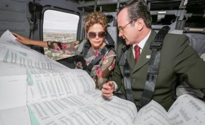 Durante o sobrevoo, a presidenta Dilma Rousseff e o prefeito de Uruguaiana, Luiz Augusto Schneider, examinam um  levantamento  de  locais  atingidos  pelas  enchentes Foto: Roberto Stuckert Filho/Presidência da República