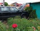 Virou rotina: carro invade pátio de residência após colisão em Osório