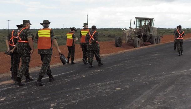 Militares inspecionam obras conduzidas pelo Exército em rodovia federal e aeroporto no Sul da Bahia