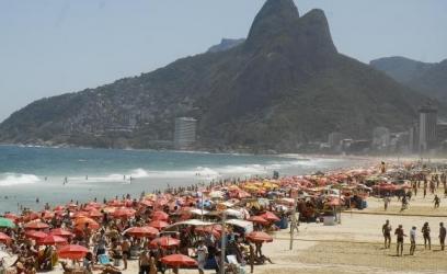 Calor leva milhares de pessoas às praias. Nasa diz que julho foi o mês mais quente dos últimos 136 anos EBC