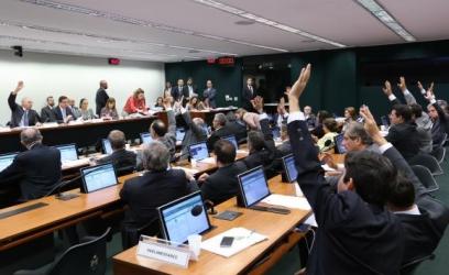Comissão Especial da Câmara que analisa a PEC 241, que limita os gastos públicos, aprovou na quinta-feira (6) o texto principal do substitutivo do relator, deputado Darcísio PerondiFabio Rodrigues Pozzebom/Agência Brasil