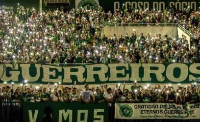 Tributo a vítimas de acidente com voo da delegação chapecoense lota Arena CondáDaniel Isaia/Agência Brasil