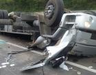 Caminhão carregado com cimento tomba e deixa duas pessoas gravemente feridas na BR-101