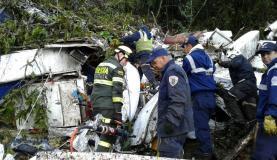 Equipes de resgate procuram vítimas entre os destroços do avião da ChapecoenseDivulgação/ Polícia de Antioquia