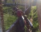 Motociclista tenta fugir de abordagem, anda na contramão e bate em Xangri-Lá