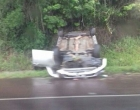 Veículo capota após colisão na BR-101