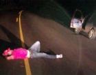 Motorista para seu veículo no acostamento e deita no meio de rodovia gaúcha