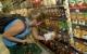 Consumidora pesquisando preços mais compatíveis em supermercadoArquivo/Agência Brasil