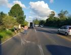 Motorista perde controle de carro e sai da pista na ERS-040