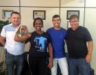 Campeã mundial de luta de braço visita vereadores em Santo Antônio
