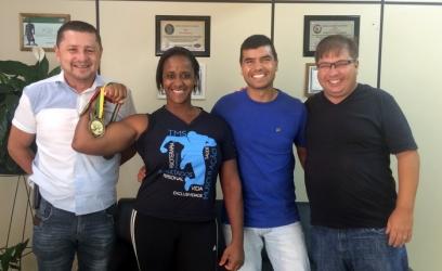 Campeã mundial de luta de braço visita vereadores