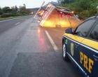 Caminhão carregado com cebolas tomba em Osório