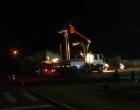 Caminhão arrasta fios, derruba poste e deixa bairro de Osório sem luz