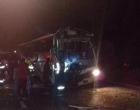 Dez pessoas ficam feridas em acidente entre ônibus e caminhão na BR-101, em Osório