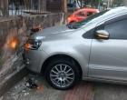 Carro bate em muro de residência após colisão no centro de Osório