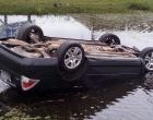 Motorista perde controle e capota carro às margens da Estrada do Mar