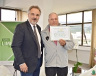 Prefeito de Osório entrega certificado de aposentadoria para servidor