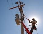 Criminosos com motosserra derrubam postes para furtar fios no Litoral