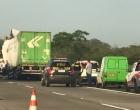 Colisão entre caminhões deixa um morto na Freeway
