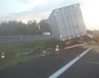 Colisão envolve dois caminhões na Freeway