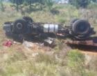 Motorista morre após caminhão capotar na freeway
