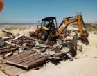 Casas construídas irregularmente são demolidas na praia de Magistério