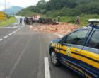 Caminhão tomba e mata dois homens na BR-101