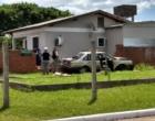 Motorista perde controle de veículo e colide em muro de residência em Osório
