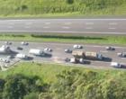 Colisão entre veículos e capotamento deixa feridos na Freeway