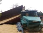 Motorista perde controle de carreta e tomba na BR-101 em Osório
