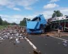 Acidente com caminhão carregado com sucatas bloqueia Freeway
