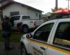 Homem colide com caminhonete roubada em muro durante perseguição em Tramandaí