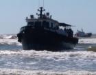 Barco encalha na praia e chama a atenção de veranistas em Imbé