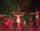 """Homem agride ator e """"salva"""" Jesus durante encenação da Paixão de Cristo (vídeo)"""