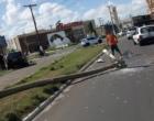 Veículo colide e derruba poste ao passar da ponte Giuseppe Garibaldi