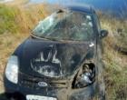 Veículo capota às margens da Estrada do Mar