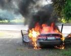Carro é incendiado às margens da BR-101