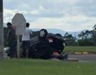 Veículo capota após colisão na Estrada do Mar