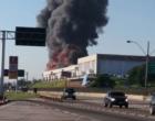 Incêndio de grandes proporções atinge galpão na zona norte da cidade do Rio