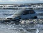Carro é encontrado dentro do mar